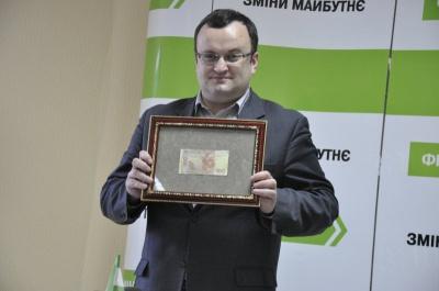 Мер Чернівців заробляє 11 тисяч на місяць і обходиться без власного авто