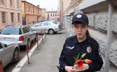 У Чернівцях поліція на вимогу активістів виписала попередження міліціонерам за неправильне паркування (ВІДЕО)