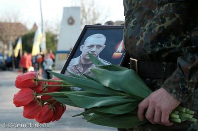 Тіло росіянина, який загинув за Україну, на Буковині зустріли живим ланцюгом з квітами (ФОТО)