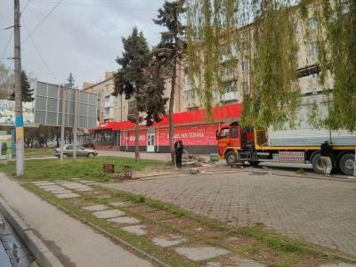"""В Черновцах инспекция по благоустройству демонтировала киоск  """"Куры гриль"""" на проспекте Независимости"""