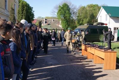 Прикордонники показали чернівецьким школярам зброю та навики (ФОТО)