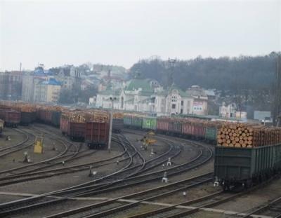 Куди ідуть вагони  лісу з Буковини?