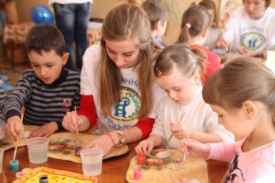 Студенти з дітьми розмальовували писанки для воїнів АТО