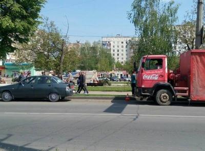 На Гравітоні в Чернівцях зіткнулись вантажівка з легковим авто (ФОТО)