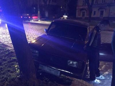 У Чернівцях п'яний водій легковика врізався у дерево, втікаючи від поліції (ФОТО)