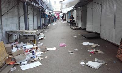 У Чернівцях на ринку ввечері - купи сміття