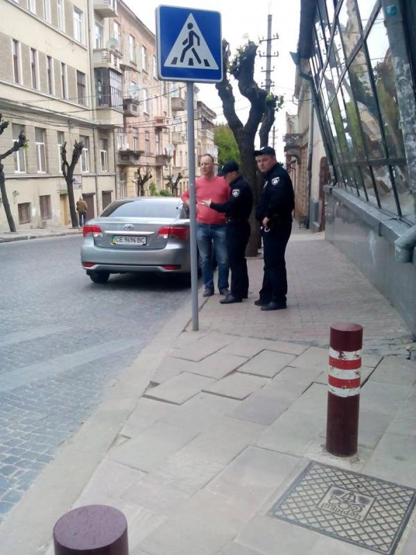 штраф припарковался под знаком