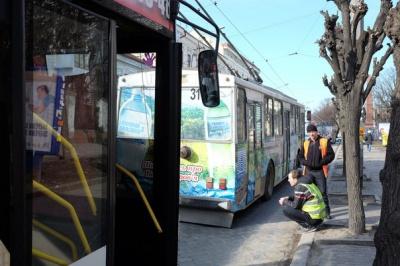 У Чернівцях дитина впала з тролейбуса, коли той рушив