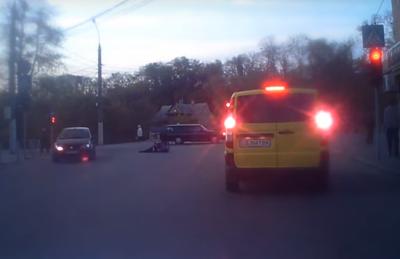 На Великдень у Чернівцях троє молодиків влаштували бійку посеред дороги (ВІДЕО)