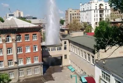 """У дворі харківської школи забив 15-метровий """"фонтан"""" (відео)"""