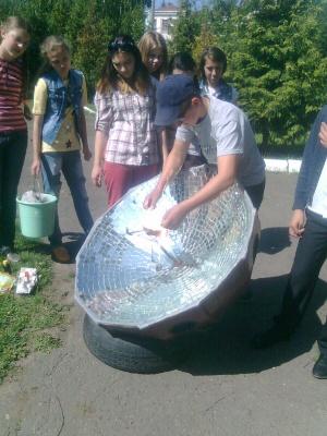 Школярі на Буковині створили сонячну піч, на якій смажать яйця за 5 хвилин