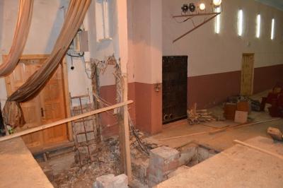 Стіна може обвалитись будь-якої миті: в Путилі догниває будинок культури (ФОТО)
