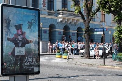 У Чернівцях під стінами мерії перевізники вимагають підвищити проїзд у маршрутках до 4 гривень (ФОТО)