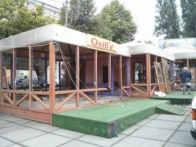 На Соборній площі Чернівців демонтують дерев'яні МАФи (ФОТО)