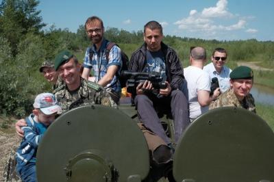 Чернівецьких журналістів покатали на відновленому БТРі (ВІДЕО)