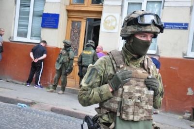 """У Чернівцях група агресивно налаштованих мешканців відбила у """"Сокола"""" затриманих"""