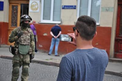 """Прокуратура перевірить законність """"масок-шоу"""" в центрі Чернівців"""