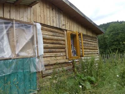 Родина на Буковині оселилася в дірявому сараї, бо більше нема де жити