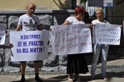 У Чернівцях родичі контрактників мітингували під військкоматом (ФОТО)