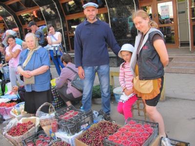 На ринках Чернівців лісові ягоди продають по 70 гривень