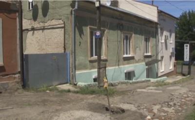 У Чернівцях посеред вулиці утворилась метрова дірка (ВІДЕО)