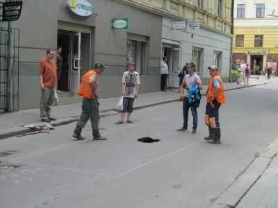 У центрі Чернівців провалилася дорога – зупинено рух тролейбусів (ФОТО)