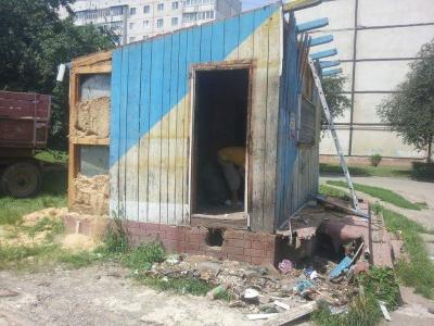 У Чернівцях інспекція з благоустрою демонтувала кіоск з продажу мінералки (ФОТО)