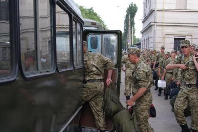 До Чернівців прибули понад сто строковиків, які охоронятимуть держкордон (ФОТО)