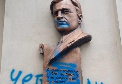 У Чернівцях поліція розшукує вандалів, які обмалювали меморіальну дошку журналіста