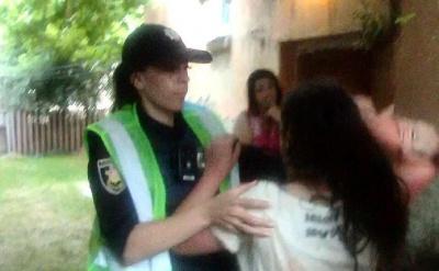 У Чернівцях п'яна дівчина розмахувала палицею з цвяхами перед пішоходами і кусала полісменів