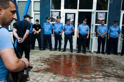 """У Чернівцях концерт Лободи облили """"кров'ю"""" українських бійців"""