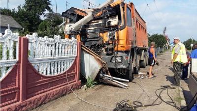 Вантажівка на Буковині знесла два стовпи і зруйнувала бетонний паркан (ФОТО)