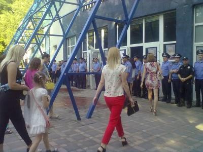 Як у Чернівцях намагалися отямити шанувальників Лободи (ФОТО)