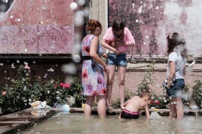 У Чернівцях купаються у міському фонтані (ФОТО)