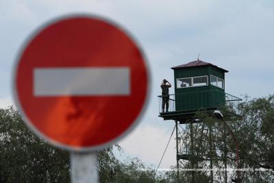 На Буковині прикордонники зупинили автомобіль, водій якого втік, побачивши їх