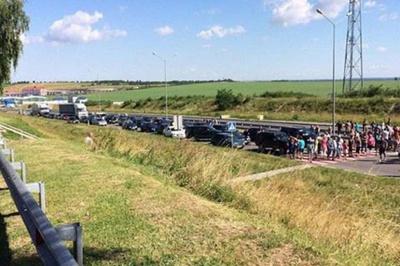 Через призупиненя малого прикордонного руху люди блокують пункти пропуску із Польщею