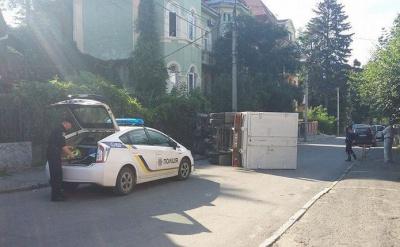 У Чернівцях на вулиці Федьковича перекинулась фура (ФОТО)