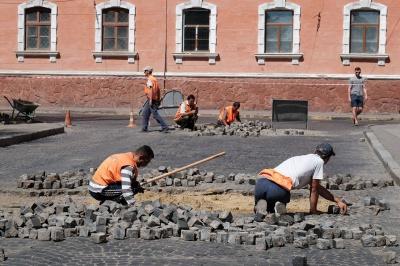 У Чернівцях взялися ремонтувати дорогу на Соборній площі (ФОТО)