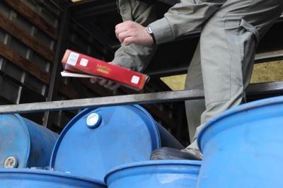 """На Буковині у вантажівках податкові міліціонери знайшли 28 тонн """"лівого"""" спирту"""