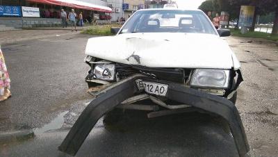 У Чернівцях таксист розтрощив огорожу на проспекті Незалежності (ФОТО)