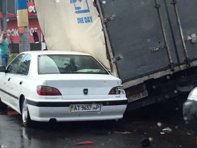 У Чернівцях вантажівка перекинулась на легковик (ФОТО)