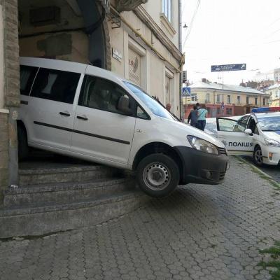 """У Чернівцях """"Фольксваген"""" намагався спуститися по сходах і застряг (ФОТО)"""
