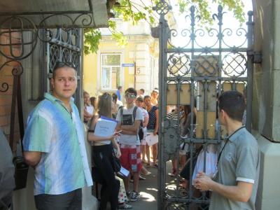 Вступ до вузів у Чернівцях стартував: під воротами ЧНУ - традиційні черги (ФОТО)