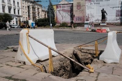 У центрі Чернівців розкопки – обленерго замінює кабель (ФОТО)