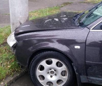 У Чернівцях п'яний водій врізався в електроопору і влаштував сутичку з поліцейськими (ФОТО)