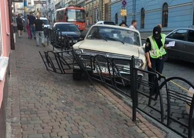 """У центрі Чернівців зіткнулись """"Ауді"""" та """"Волга"""". Авто розтрощило огорожу"""