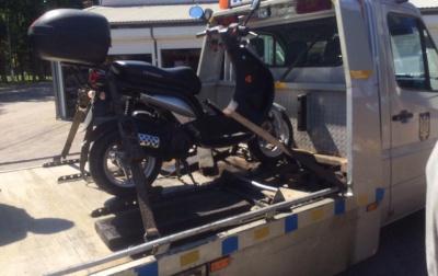 Поліція в Чернівцях затримала водія, який без шолома і водійських прав катався на скутері