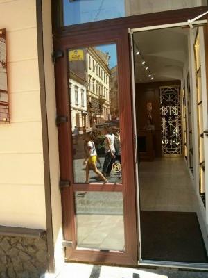 Інспекція Обшанського змусила зняти з магазину в Чернівцях дискримінаційний знак