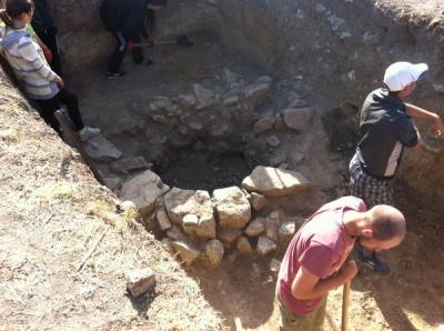 Студенти ЧНУ розкопали біля  Хотинської фортеції колодязь часів Османської імперії (ФОТО)