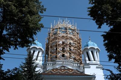 """У """"п'яній церкві"""" в Чернівцях ремонтують найбільший купол (ФОТО)"""